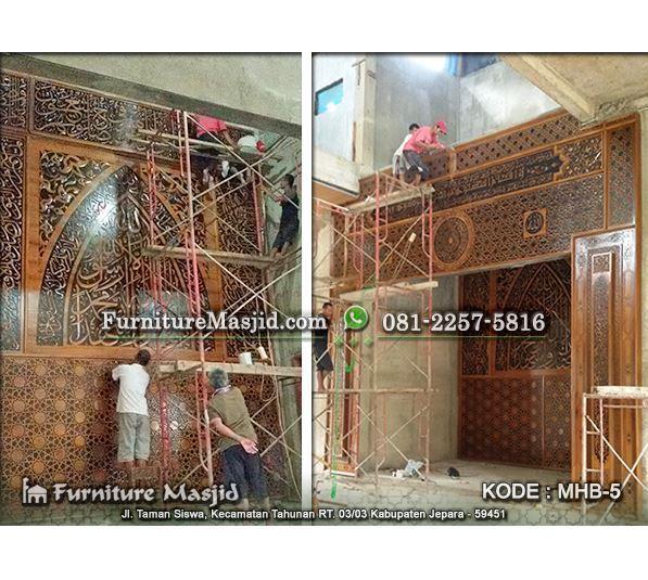 proses pemasangan kaligrafi mihrab masjid