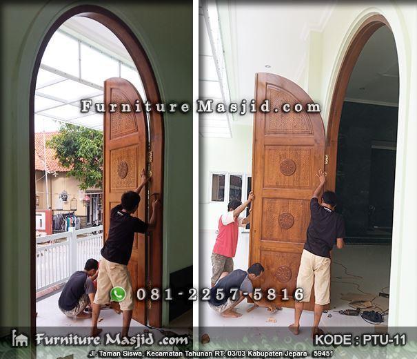 pemasangan pintu masjid kayu jati